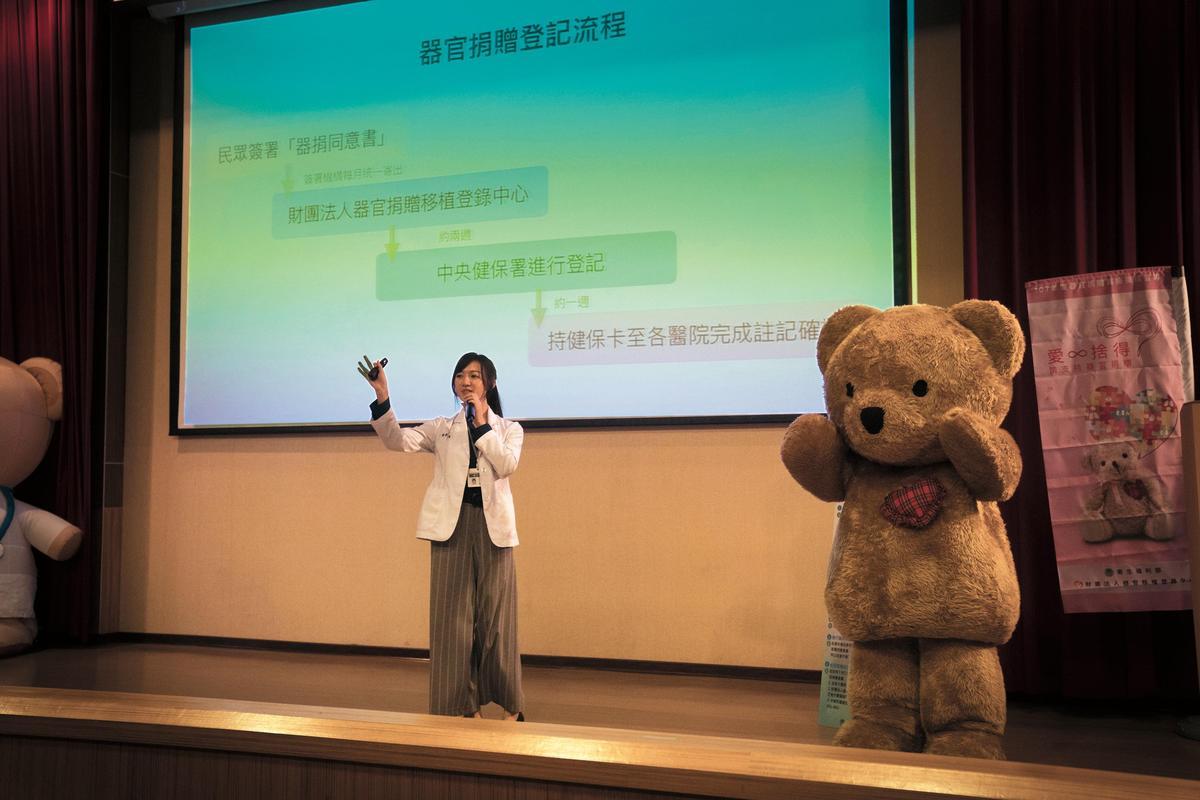 台灣器捐觀念薄弱,李杏飾演的器捐師努力向民眾推廣並說明器捐相關事宜。(公視提供)