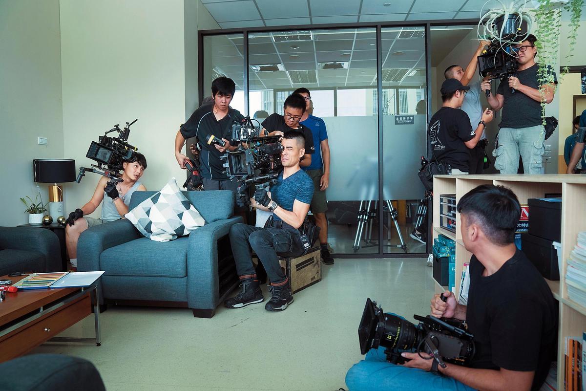 劇組大手筆出動4台4K及6K的攝影機拍攝,請來《小時代》攝影指導車亮逸(圖中持攝影機者)掌舵攝影風格。(公視提供)