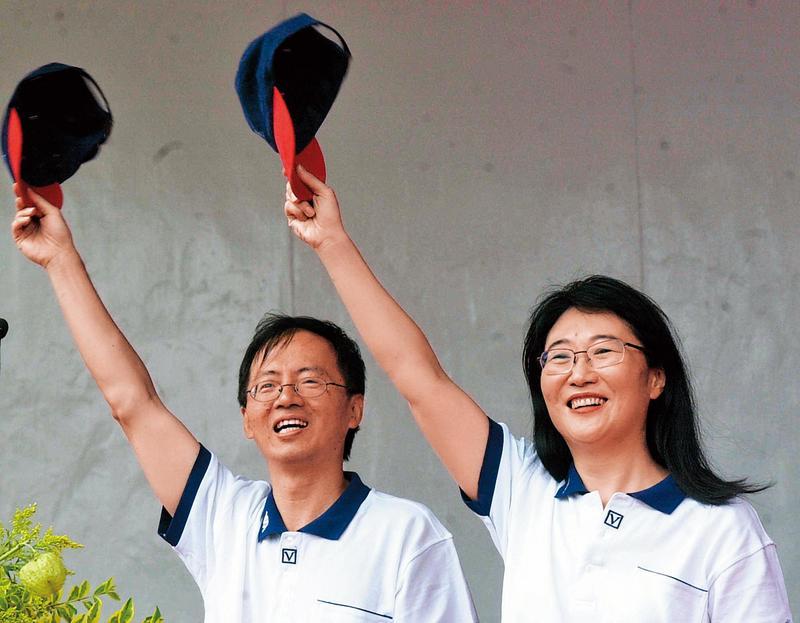 王雪紅(右)與丈夫陳文琦(左)2002年參加威盛電子運動會,當時還意氣風發,沒想到幾年間遇到許多挫敗,股價也曾暴起暴落。(東方IC)