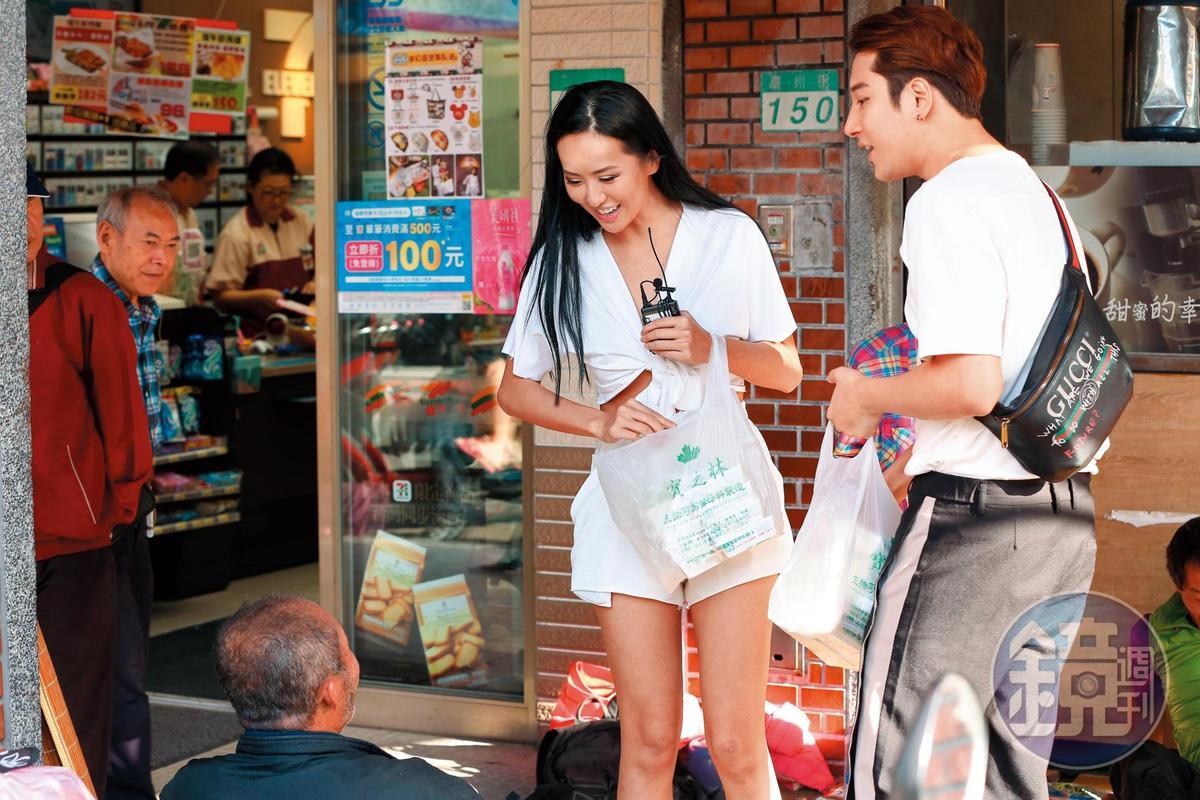 薔薔(左)穿上白衣勁裝上街做好事。