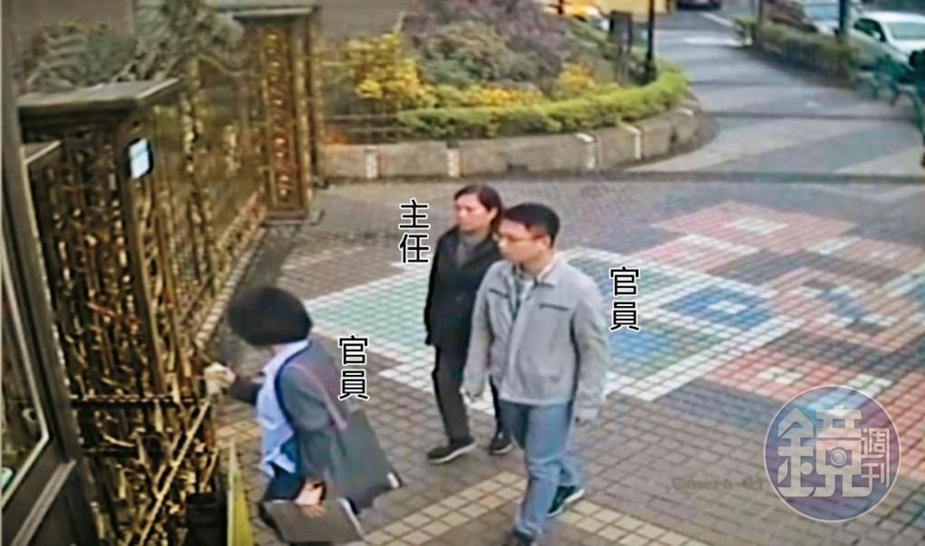 李慶元辦公室主任與2名市府官員一同進入安親班稽查,教育局人員透露2位官員是被逼著去的。(讀者提供)