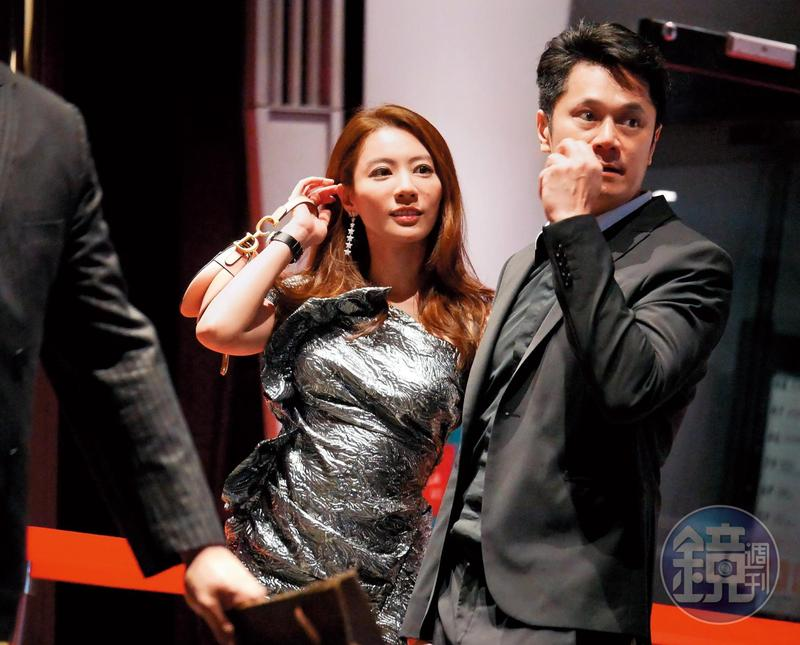 4月26日晚上10點10分,王瀅跟老公楊立傑一同出席亞洲頂級高空酒吧活動後離開。