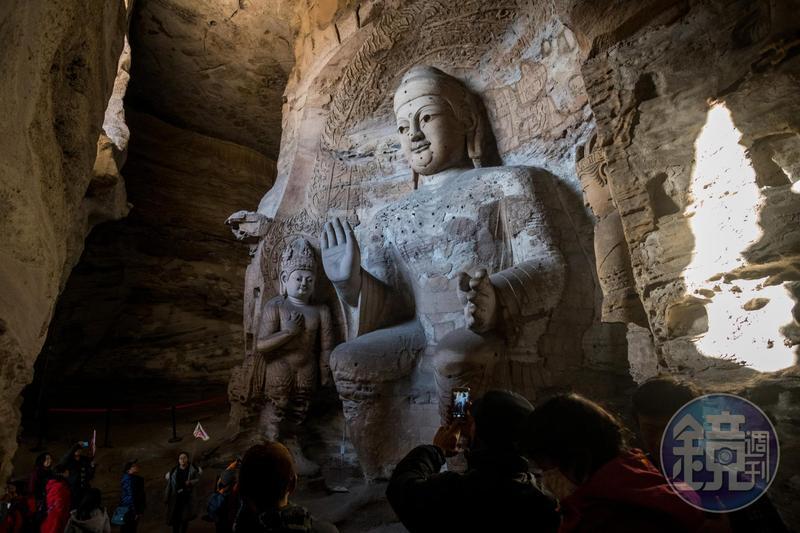 第3窟是雲岡石窟群中的最大洞窟,裡頭有坐姿阿彌陀佛與菩薩像。
