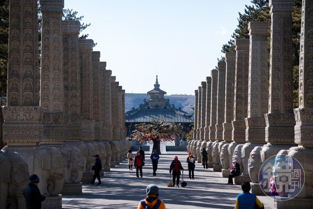 「雲岡石窟景區」前段景觀區建有長長的禮佛大道。