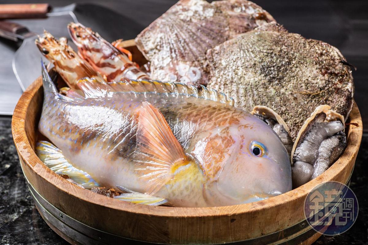 在這裡不是人點菜,而是跟當令漁產的一期一會。紅石老魚外觀明亮鮮活,一看就知是手釣貨。