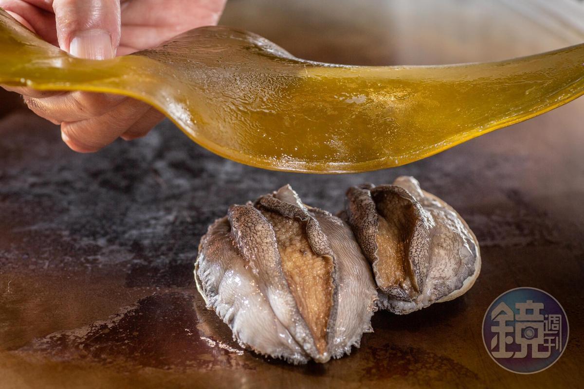 蓋在鮑魚上的昆布,得先用葡萄酒泡發,酒香海潮香蒸進肉身。
