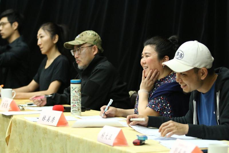 綠光劇團《再會吧 北投》舉行舞者演員甄選,舞蹈設計王怡雯(左一)、執行導演李明澤(左二),還有客座評審林美秀與楊大正專注地看著甄選者的表演。(綠光劇團提供)