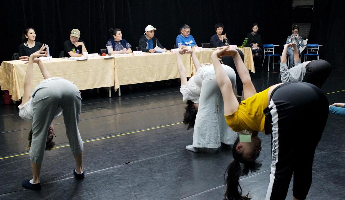 多達233位甄選者接受複審,最後將選出14位又美又帥、舞技高超的舞者及演員。(綠光劇團提供)