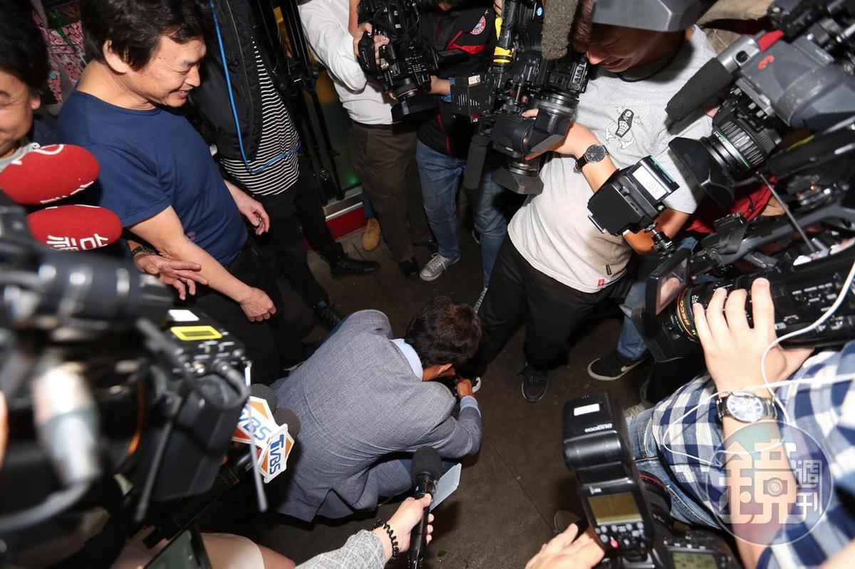 途中還蹲下幫記者綁鞋帶,讓眾人當場嚇傻。