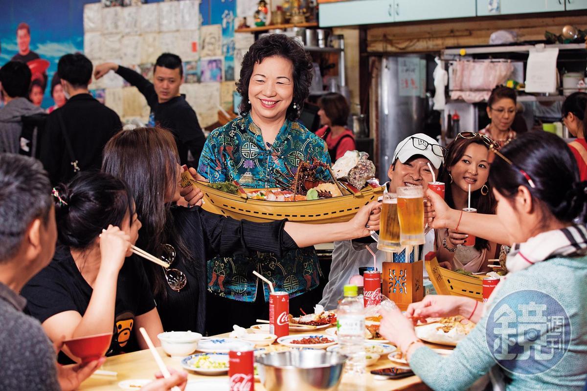 張陳雪貞的法拉頭與熱情笑容,是燕食堂的活招牌,不少食客酒足飯飽後都會找她聊天、合照。