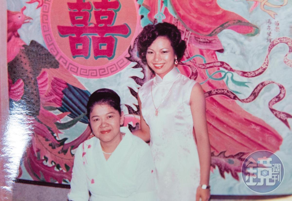 婆婆張謝輝燕(左)能幹強勢,一眼就認定張陳雪貞(右)做媳婦,她身上的禮服是婆婆一手包辦訂製。(張陳雪貞提供)