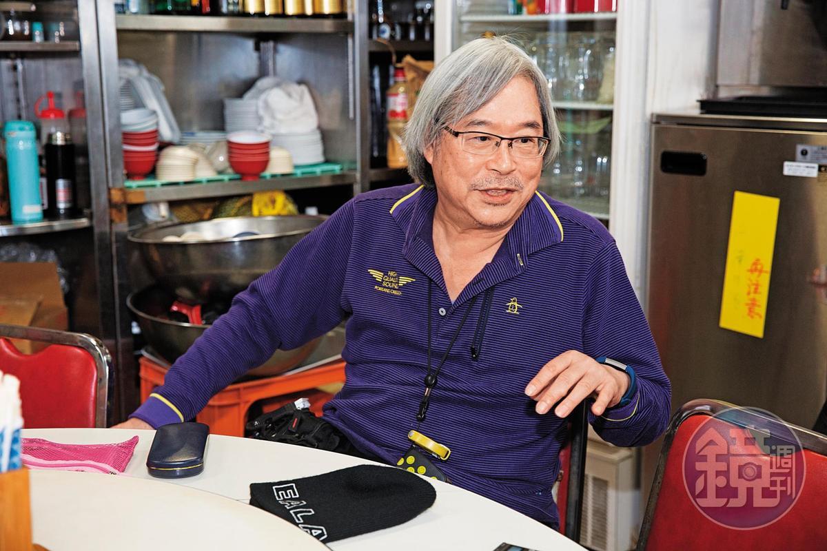 已退休的張健全,用餐尖峰時間會來店裡幫忙,不讓妻子孤軍奮戰。