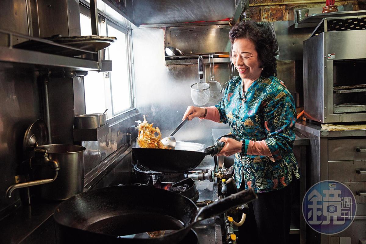 張陳雪貞小學4年級就掌廚料理全家餐食,練就精湛廚藝。