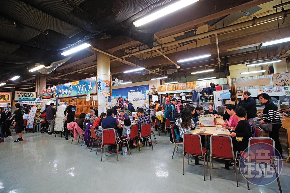 燕食堂生意好,還不到用餐尖峰期,上午10點多,數十張桌椅已坐滿。