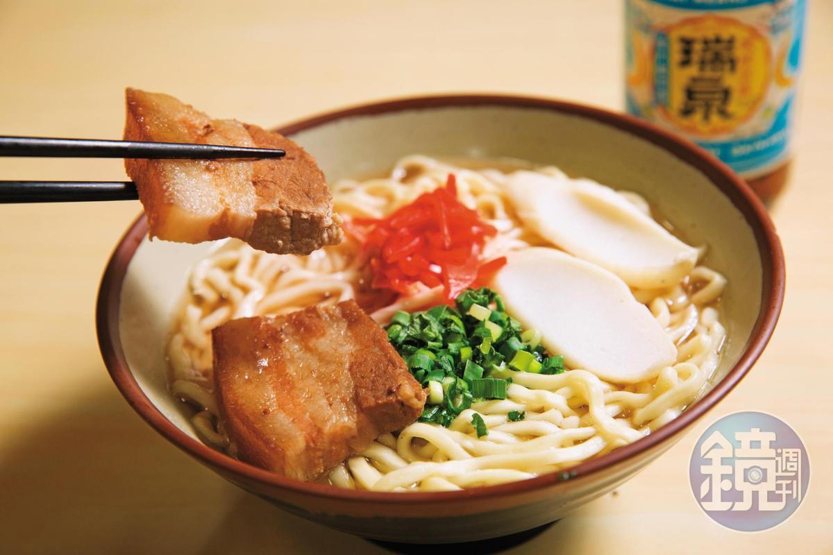 沖繩宮古豬肉質軟嫩,沖繩麵滋味簡單,搭配三層肉畫龍點睛。(日幣500元/大碗、日幣400元/小碗)