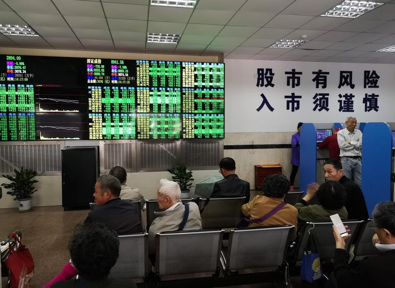 美國將再次提高中國貨物關稅的消息傳來,上海股市應聲大跌。(東方IC)