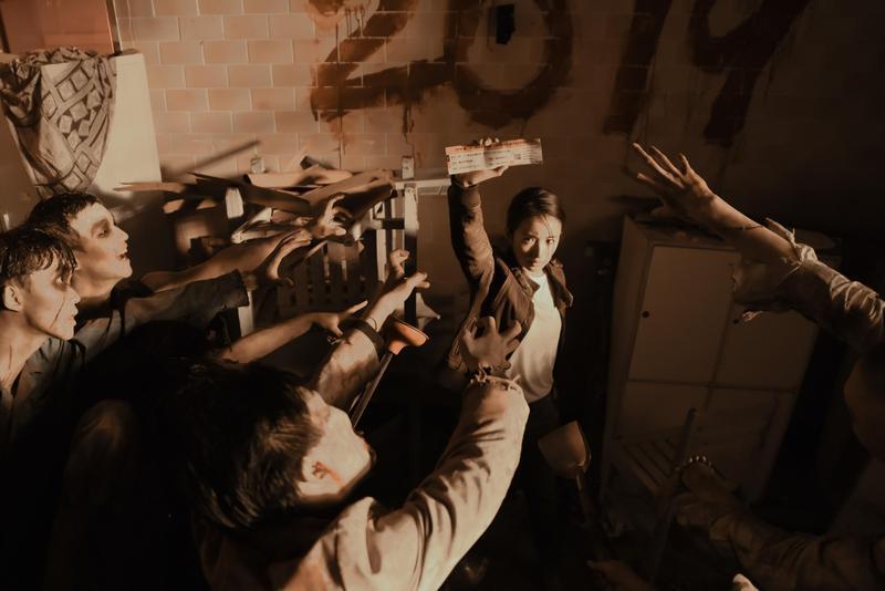 林依晨(中)以影展大使拍攝台北電影節形象廣告,跟眾多活屍爭奪影展電影票,預告影展的搶票盛況。(台北電影節提供)