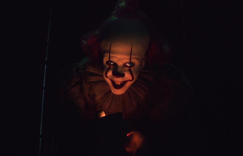 比爾史柯斯嘉飾演小丑潘尼懷斯,放話表示會有更多邪惡的作為。(華納兄弟提供)