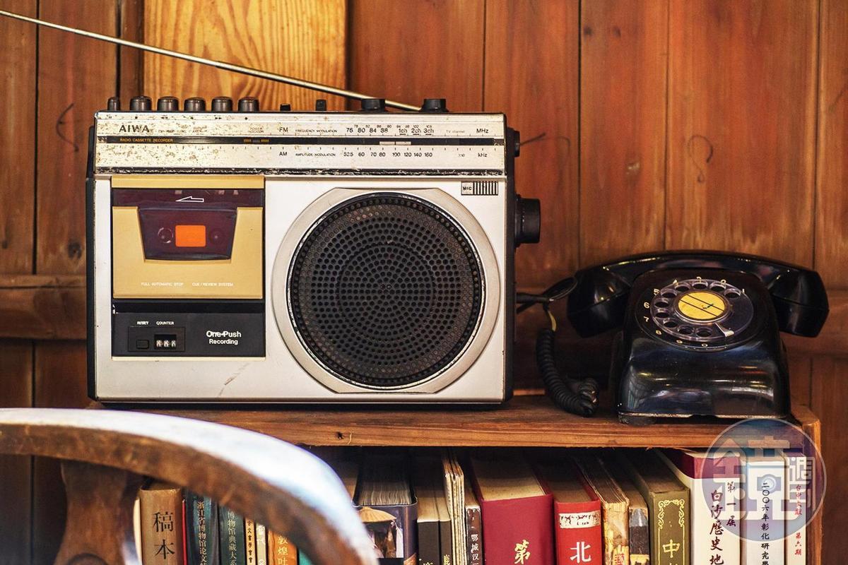 主人從學生時代就喜歡搜集老東西,店裡擺滿許多舊收音機。