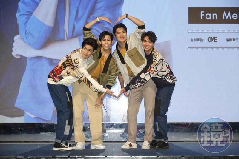 Singto、Ohm、Sing及Gunsmile賣力對粉絲比愛心及做可愛動作表情。