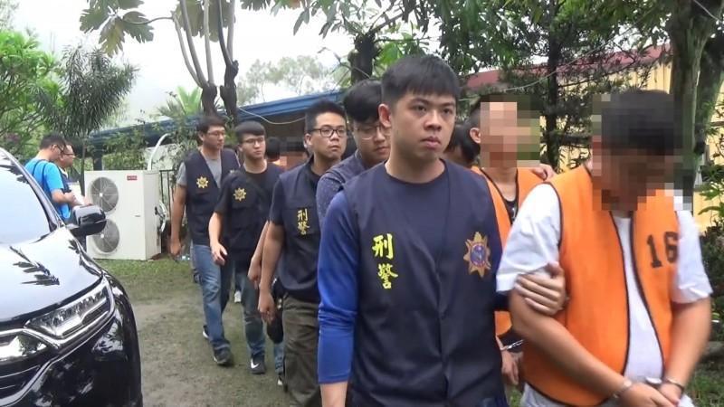 刑事局在屏東泰武鄉逮捕林姓主嫌等人。(刑事局提供)