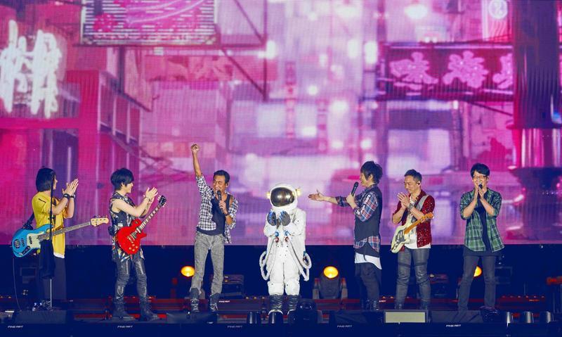 梁家輝(左三),被五月天請出當演唱會嘉賓,一起合唱〈頑固〉。(相信音樂提供)
