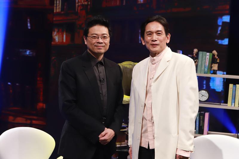 《台灣的聲音》主持人李哲藝壇(左),訪問金曲獎記錄保持者「三金歌王」殷正洋。(民視提供)