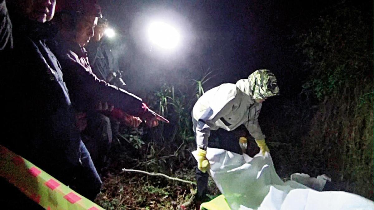 警方漏夜押解陳明峰到清境農場附近,尋找被他丟棄的屍體。(翻攝畫面)