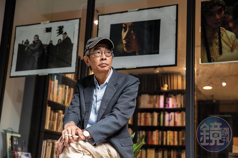 林榮基在書店受訪,途中2度暫停抽菸,他看見記者的打火機上寫著「我主張台灣獨立」字樣,向記者要了一個。