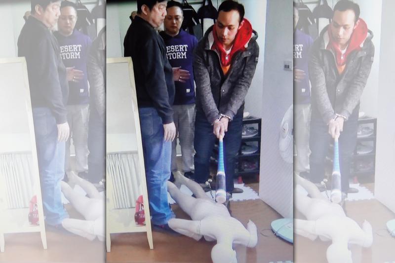 陳明峰(右)在刑警押解下,到命案現場模擬揮棒毆打鄭女的情景。(翻攝畫面)