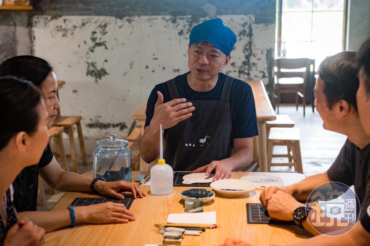 李哲榮為遊客解說青花瓷所用顏料特色和手繪及拓印兩種技法。