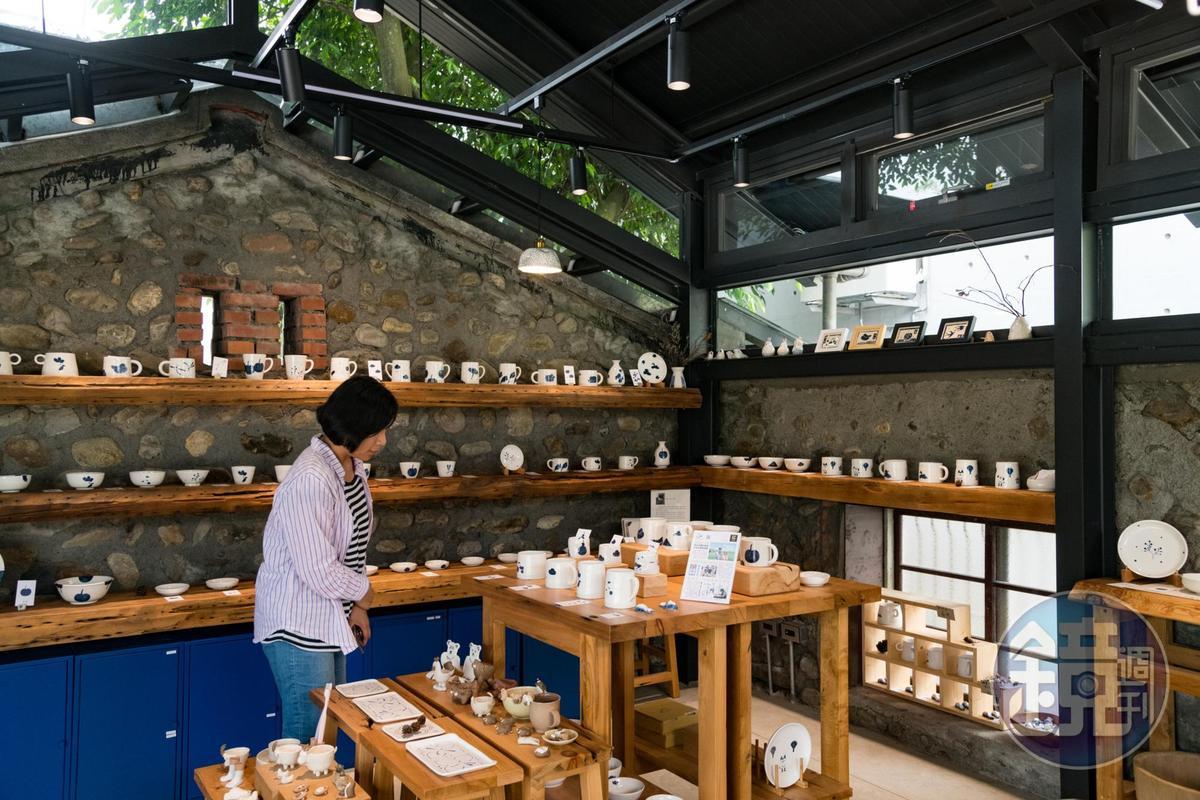 「三星四季青花瓷」展售間保留原本百年石頭屋的老牆。