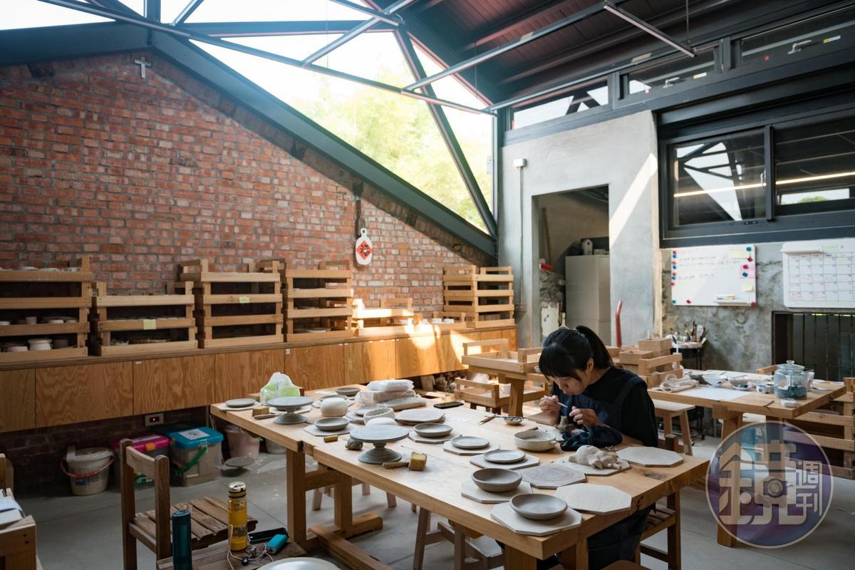 青年工藝師可以在「三星四季青花瓷」一邊工作、一邊進行創作。