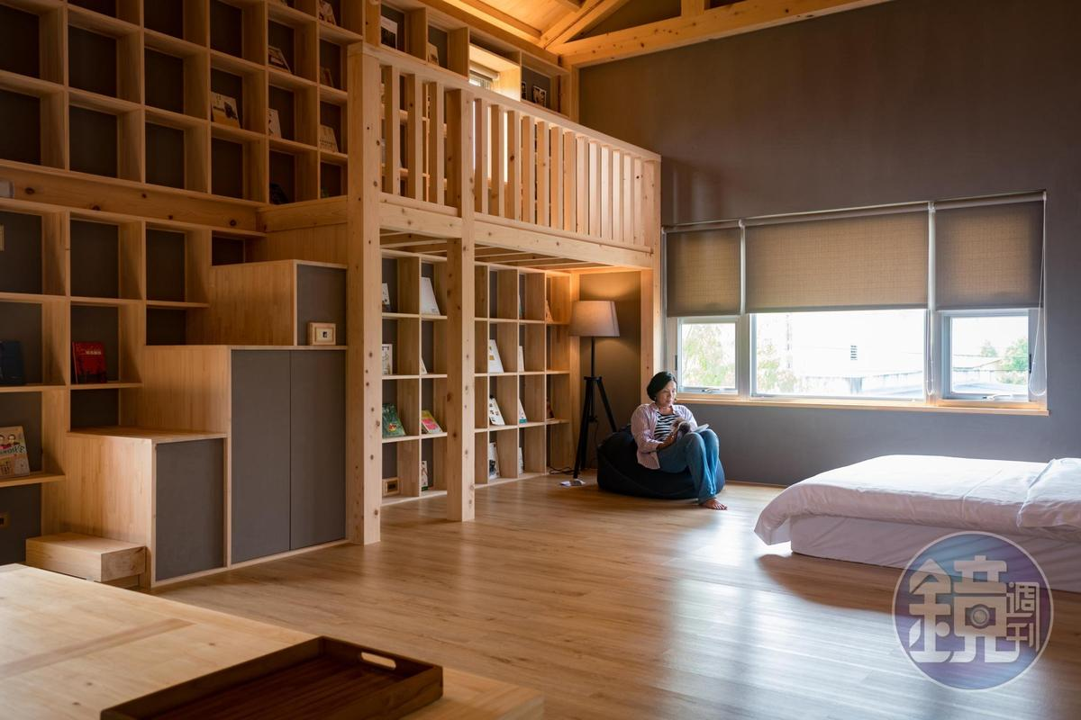 小時家民宿挑高寬敞的4人房,有小朋友喜愛小閣樓及書牆。