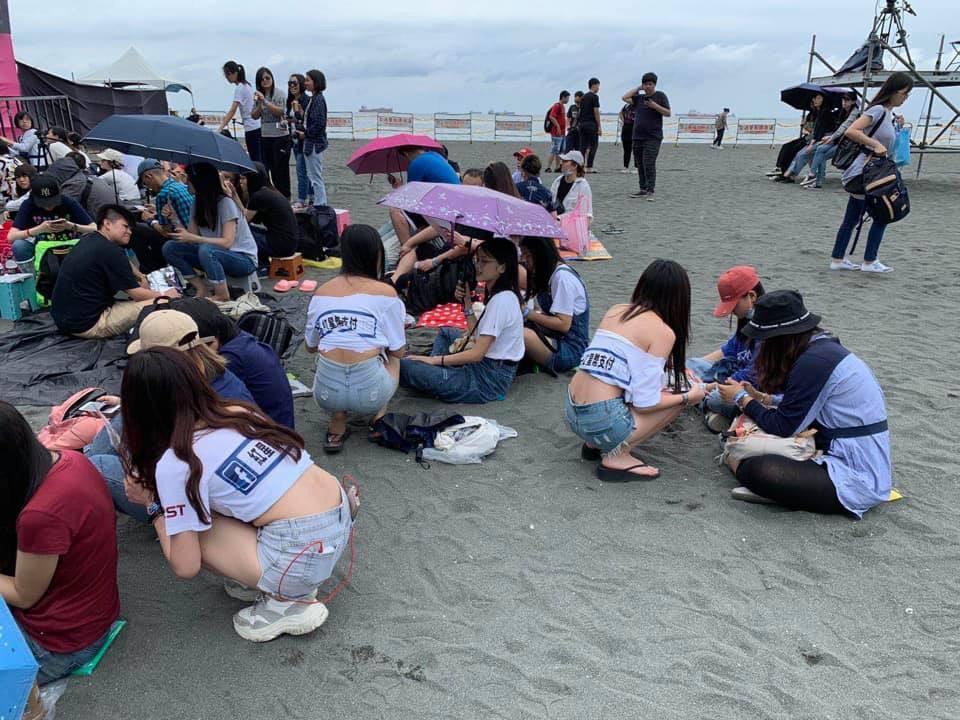辣妹團在旗津海灘賣力推幣。(丁南提供)