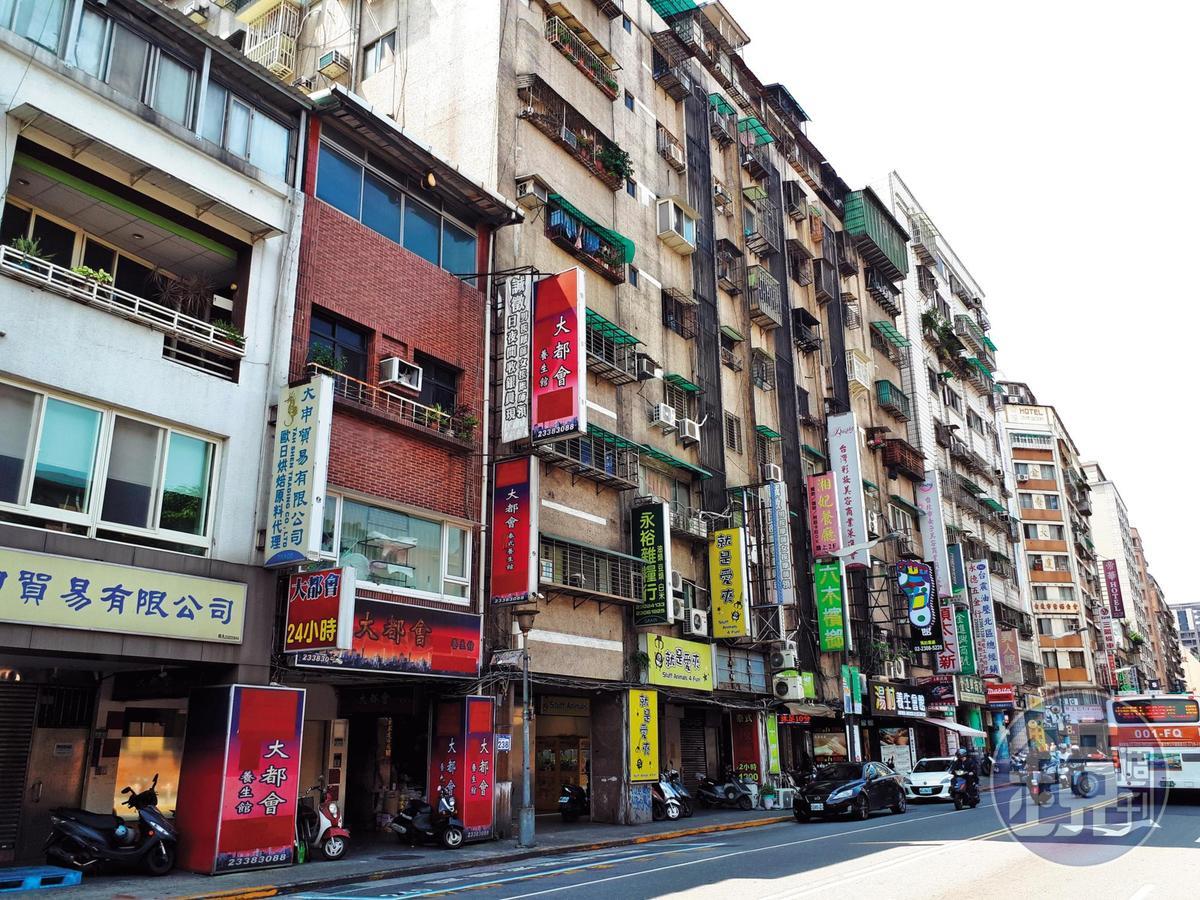 鑽石大樓位於萬華康定路,周邊是當地最知名的流鶯區。