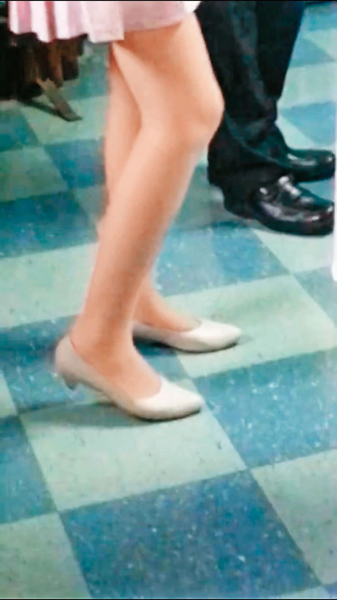黃姓公務員用手機偷拍穿著短裙的女公務員美腿,司法單位仍在調查有無涉及刑責。