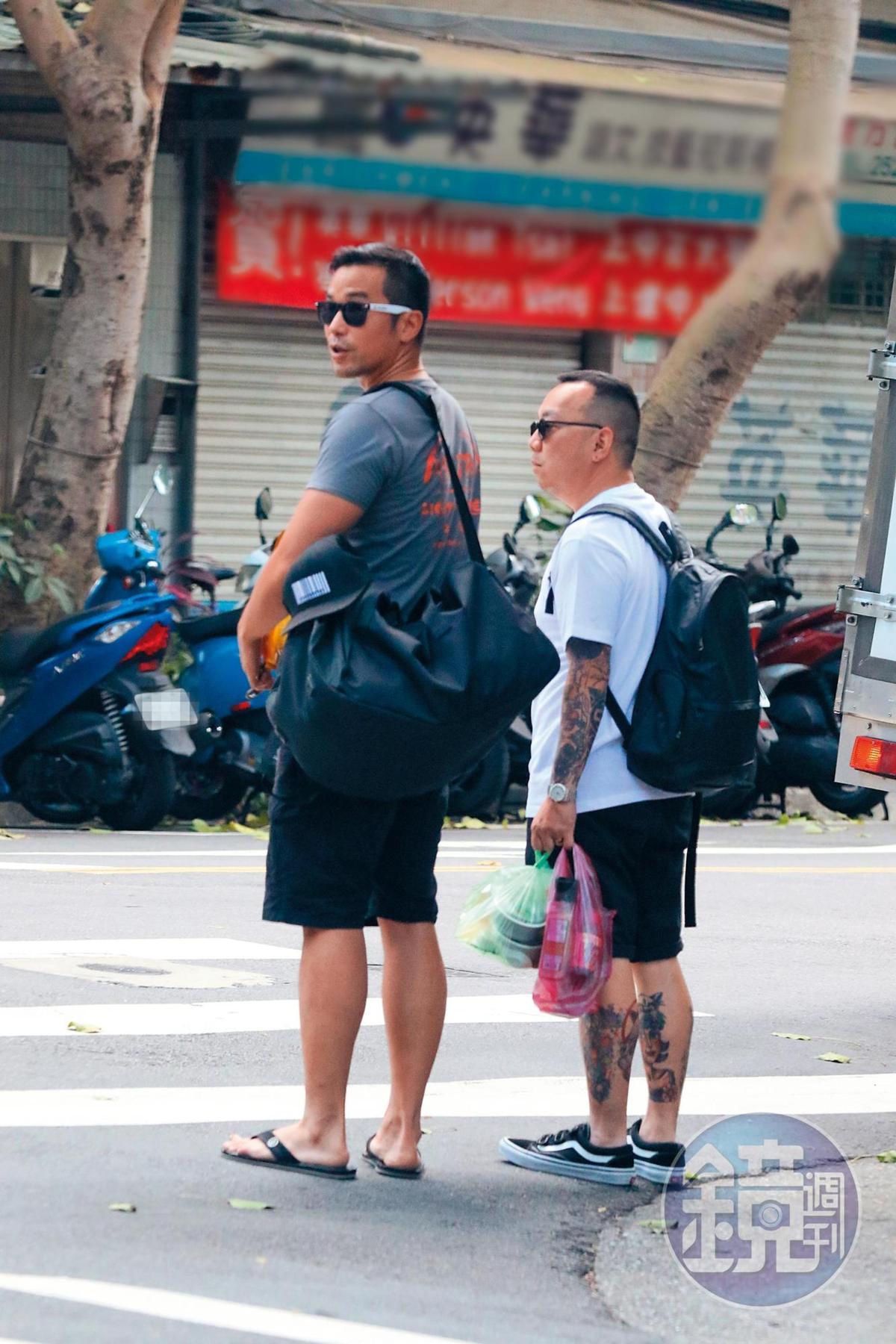 2017年,本刊曾拍到張孝全(左)在住家附近出沒,但身邊跟的是男性友人。