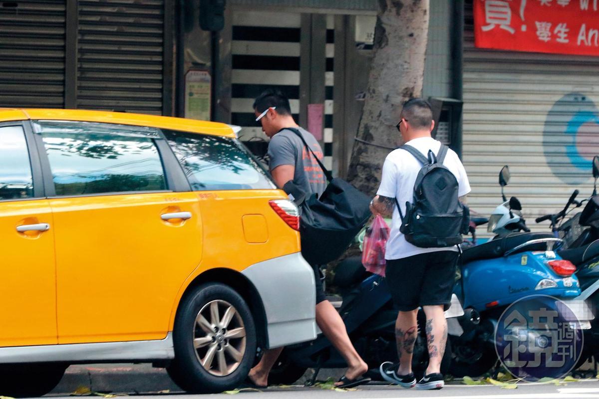 張孝全跟男性友人身上大包小包一起進入家中,看似過著單身生活,但其實不然。