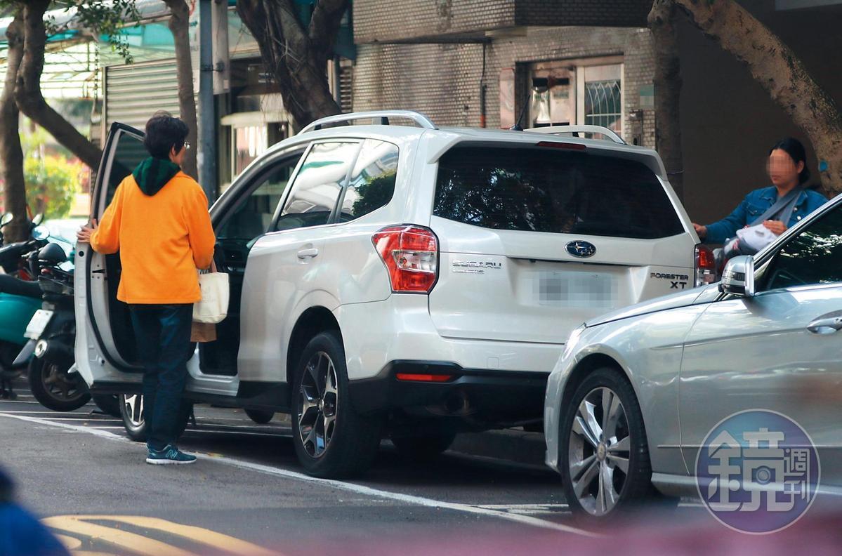 短暫拜訪完張孝全後,張媽媽又跟著一行人,包括寶寶隨車離開。