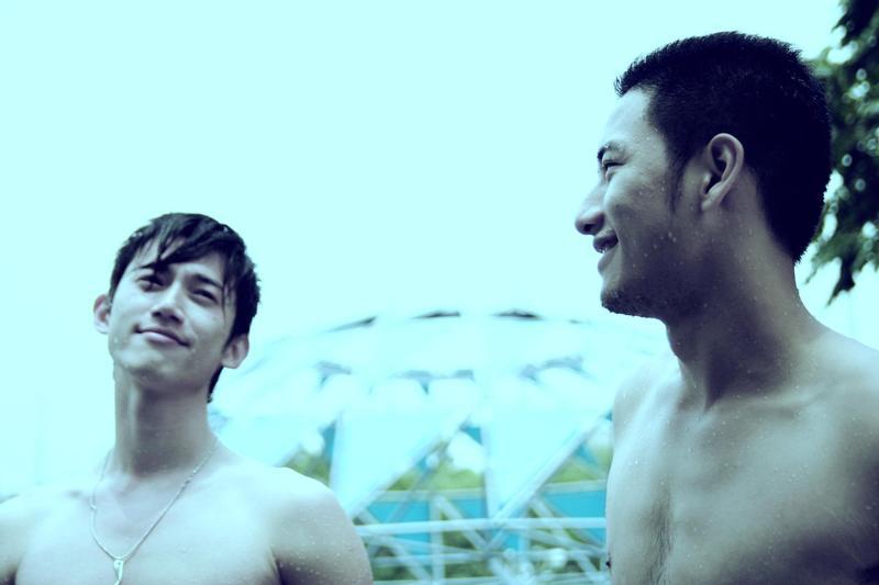 陳俊志拍攝的劇情短片《沿海岸線徵友》,是吳慷仁(左)首次主演的作品,還可以看到周孝安(右)。(台北電影節提供)
