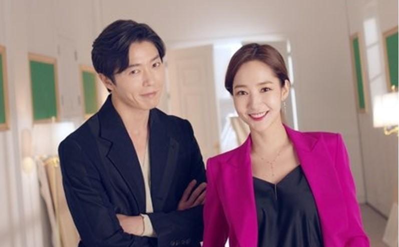 朴敏英(右)和金材昱合作的新戲《她的私生活》,是近期韓國話題性最高的偶像劇。(翻攝自tvN官網)