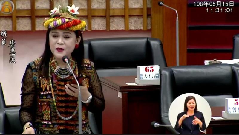 高雄市議員唐惠美在議會質詢時演唱蔡琴的〈讀你〉,向市長韓國瑜示愛。(翻攝自高雄市議會臉書)