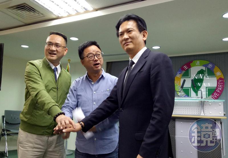 民進黨總統初選蔡賴雙方陣營首次進行事務議題協調,會後羅文嘉(中)與雙方代表林俊憲(右)、阮昭雄(左)合照。
