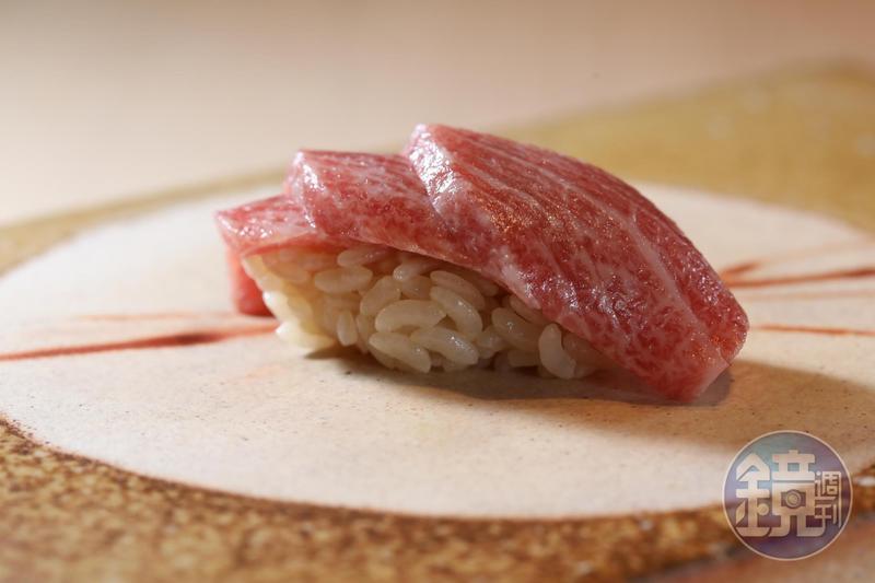 3片錯落堆疊的「鮪魚」,腴潤而不軟爛,除了食材品質到位,也得歸功於技藝。