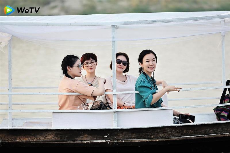 大S、范曉萱、小S、阿雅在《我們是真正的朋友》體驗泛舟。(WeTV提供)