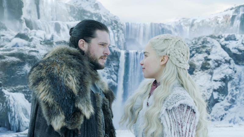 全球收視人口最高的影集《冰與火之歌》,在第八季劃下句點,瓊恩史諾(左)與龍母的命運將在最後一集揭曉。(HBO提供)