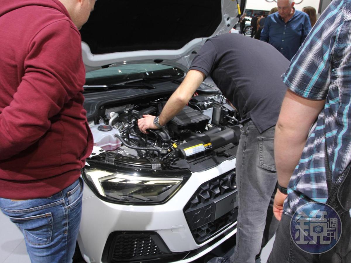 只要沒鎖,愛看哪裡都可以!幾個阿伯打開引擎蓋,開始討論起艱深的工程話題。