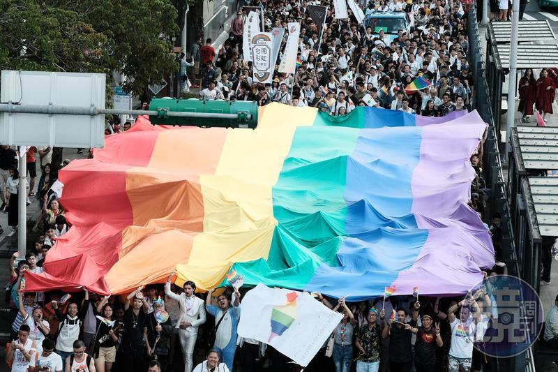民進黨立委為保同婚專法明天能順利進議場表決,今輪班在議場外守候。圖為台灣同志大遊行。