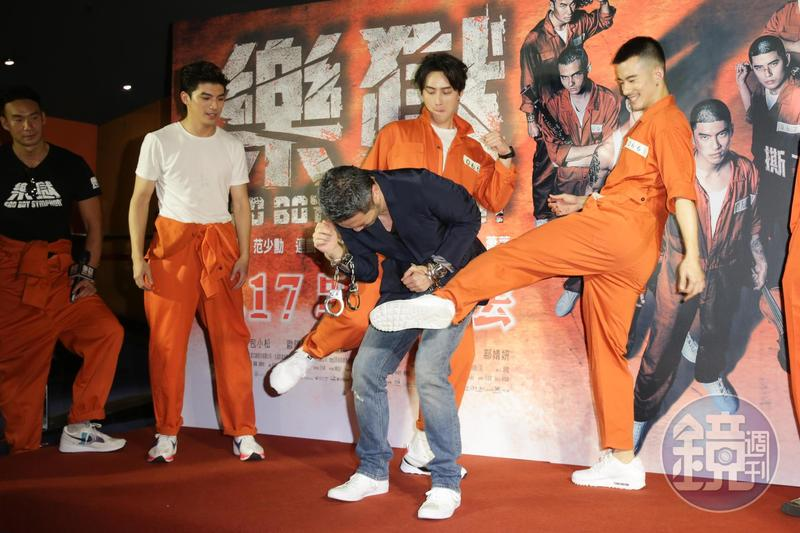 《樂獄》首映會上,眾演員終於可以報復導演孫啟明之前對他們施行的「暴政」,集體踹他洩憤。